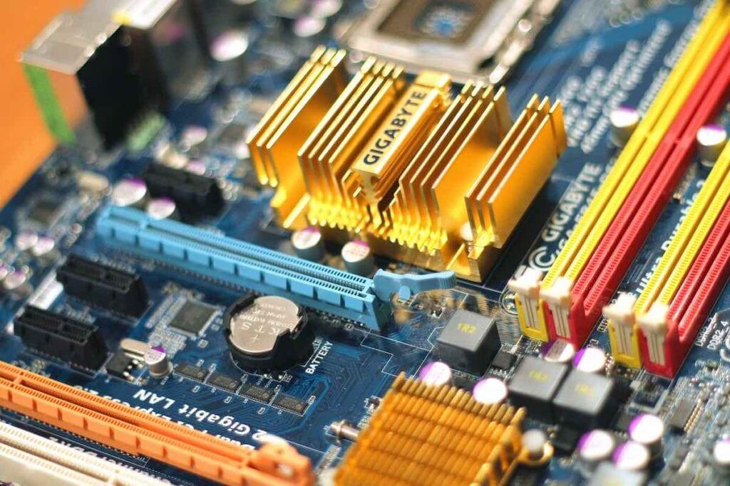 Analysera aktieportfölj - kretskort i dator får illustrera de teknikbolag som drogs med i raset under IT-kraschen kring millenieskiftet